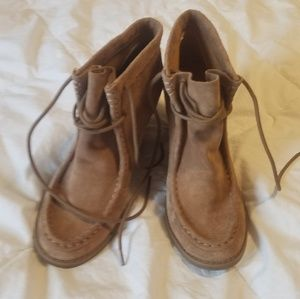 Womens lucky 8.5 suede shoes.